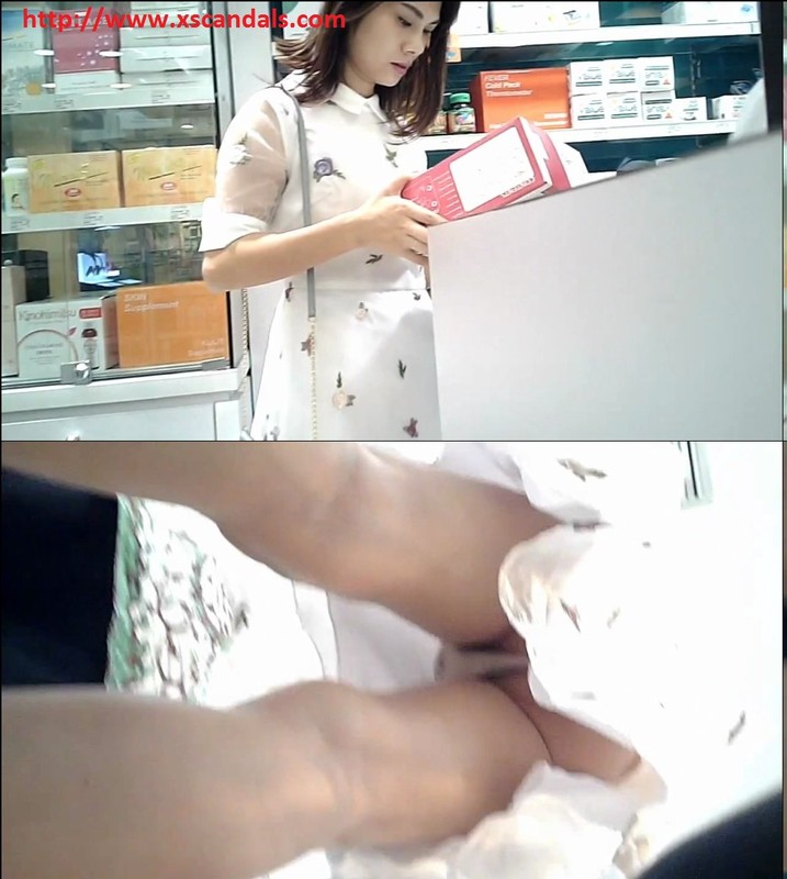 Upskit_Young_women_shopping_for_duty-free cover
