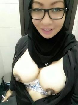 STW Jilbab Hitam Sange Di Kamar Mandi