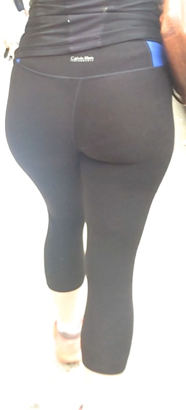 fit girl ass in yogapants
