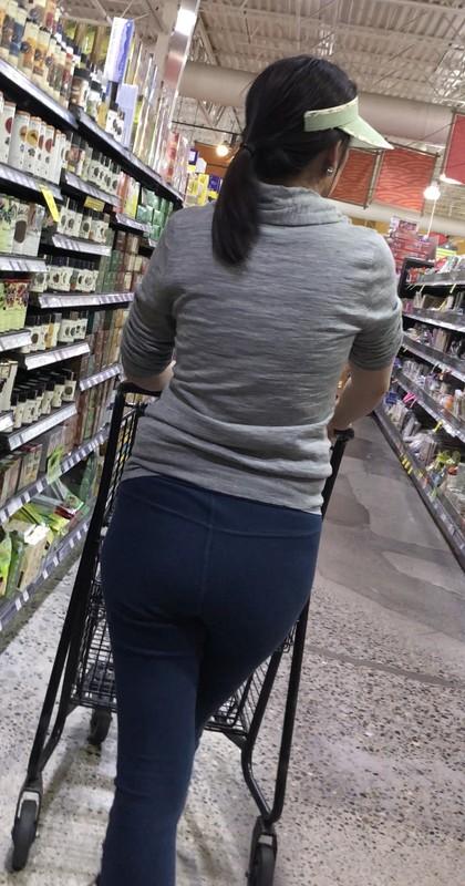 shopper milf in sexy blue yogapants