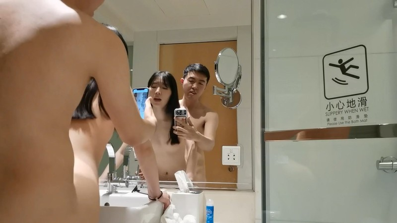 酒店让可爱女友穿上兔子装镜子前再打炮 高清完美露脸
