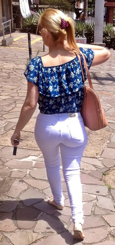 blonde chick in white denim pants