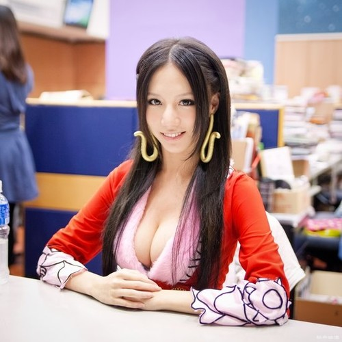 フロントホックブラと小さいパンティーで童貞の僕を挑発するとなりの奥さん浜崎真緒