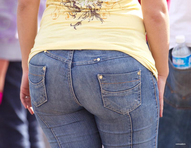 hispanic milf booty in tight denim pants