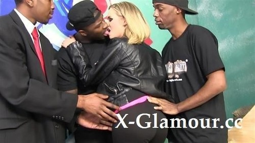 Amateurs - Blonde Milf Gets Gangbanged By Black Dudes (HD)