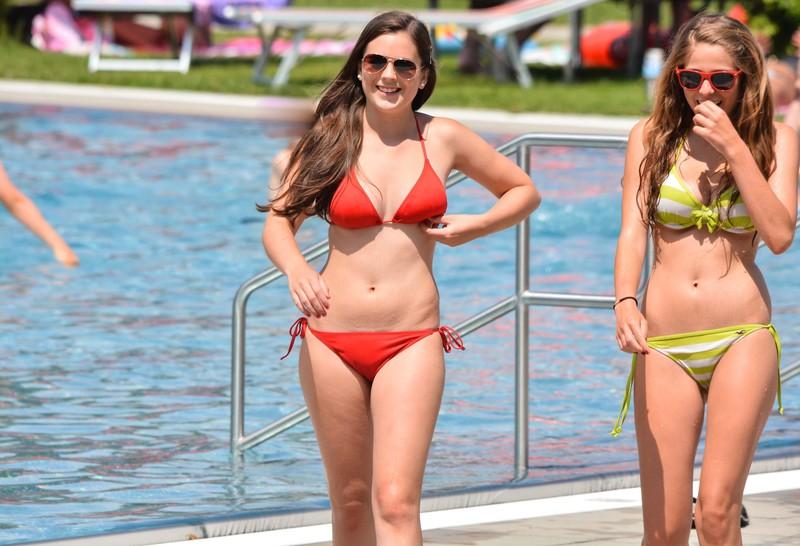 2 lesbian girls in bikini
