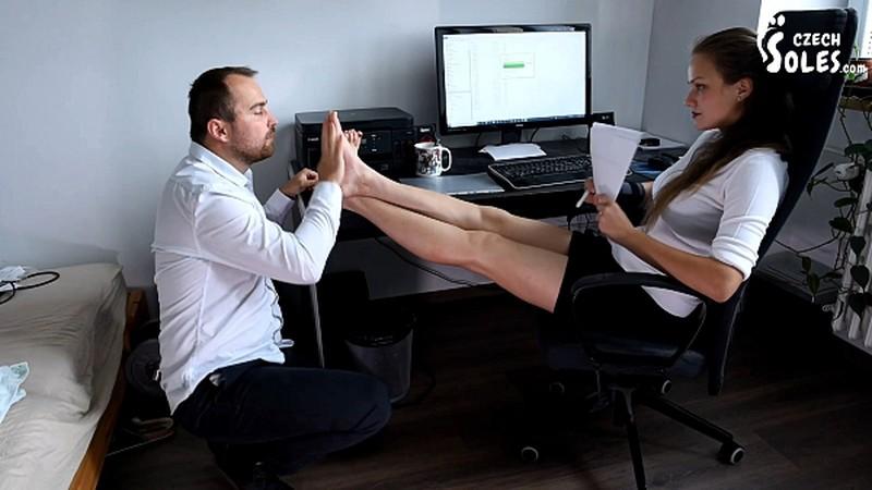 BOSS SEXY DAUGHTER GETS OFFICE FOOT WORSHIP [FullHD 1080P]