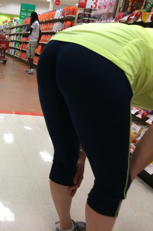 grocery store booty in fitness leggings