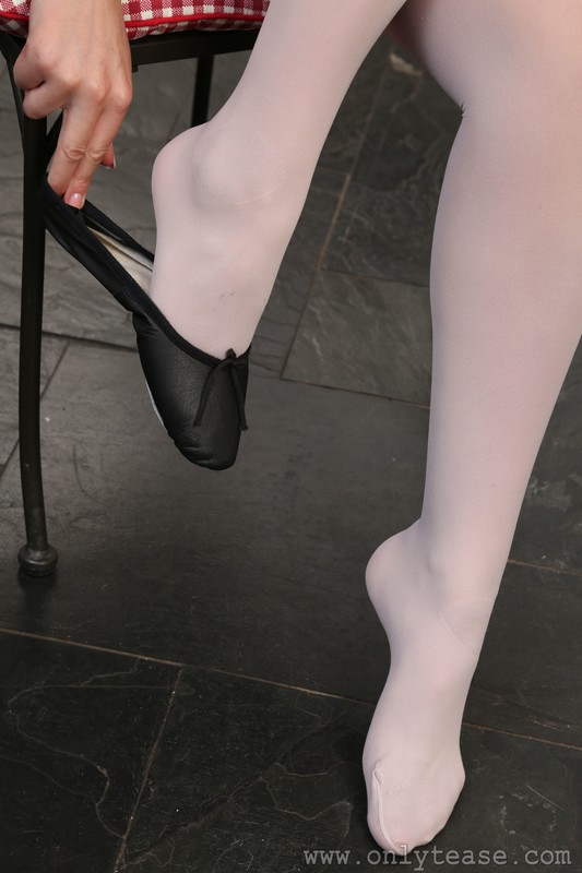 lovely babe Maria in pantyhose & leotards