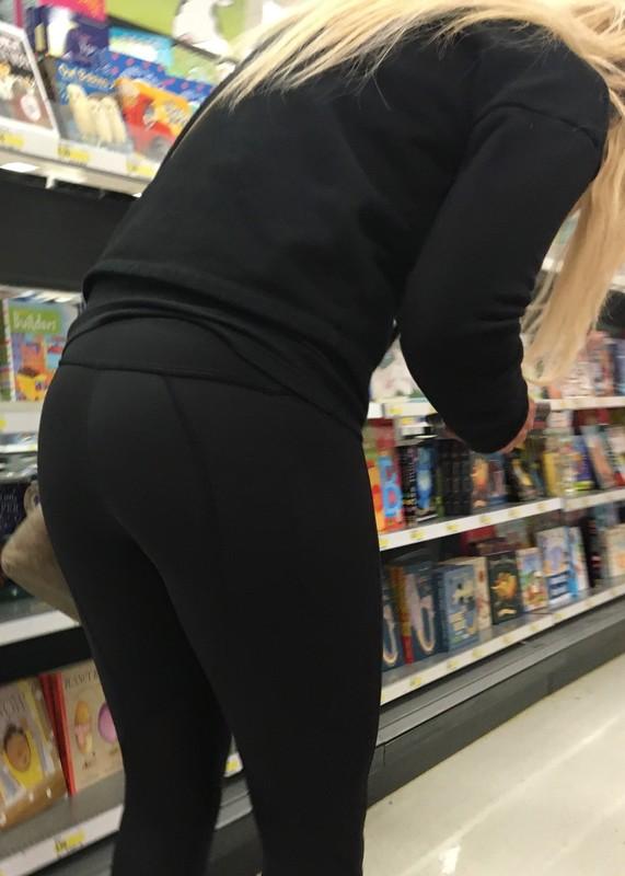 blonde booty in black yoga pants