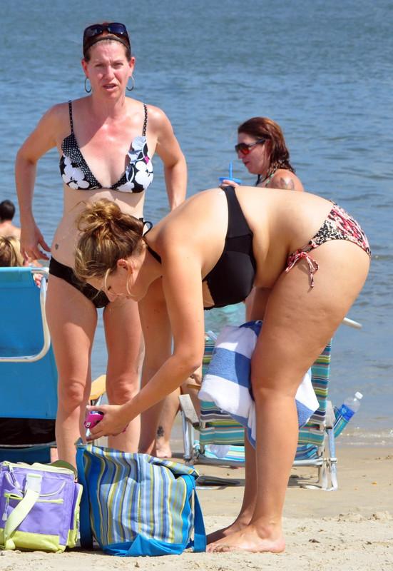 busty mature lady in sexy bikini