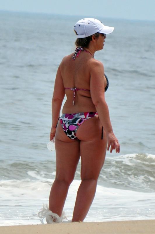 curvy milf in amazing bikini