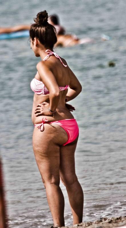curvy milf in bikini showing her awesome booty