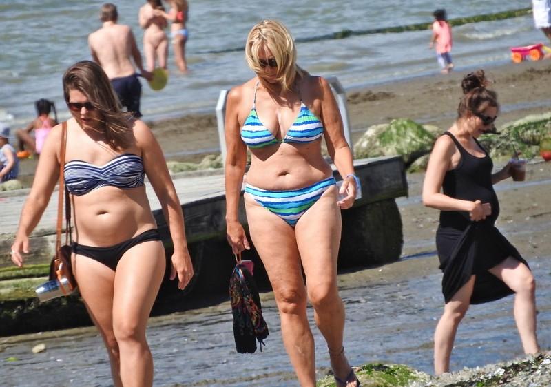 2 bbw milfs in lovely bikinis