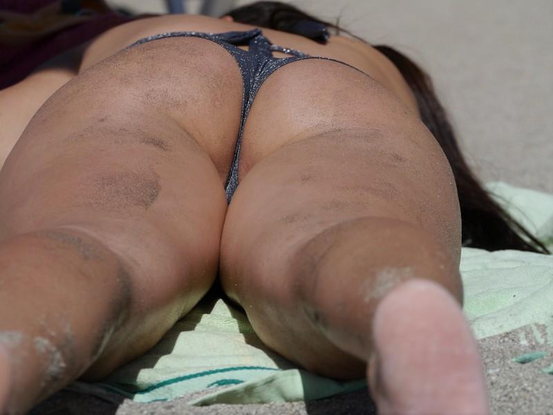 sunbathing milf butt in lovely bikini