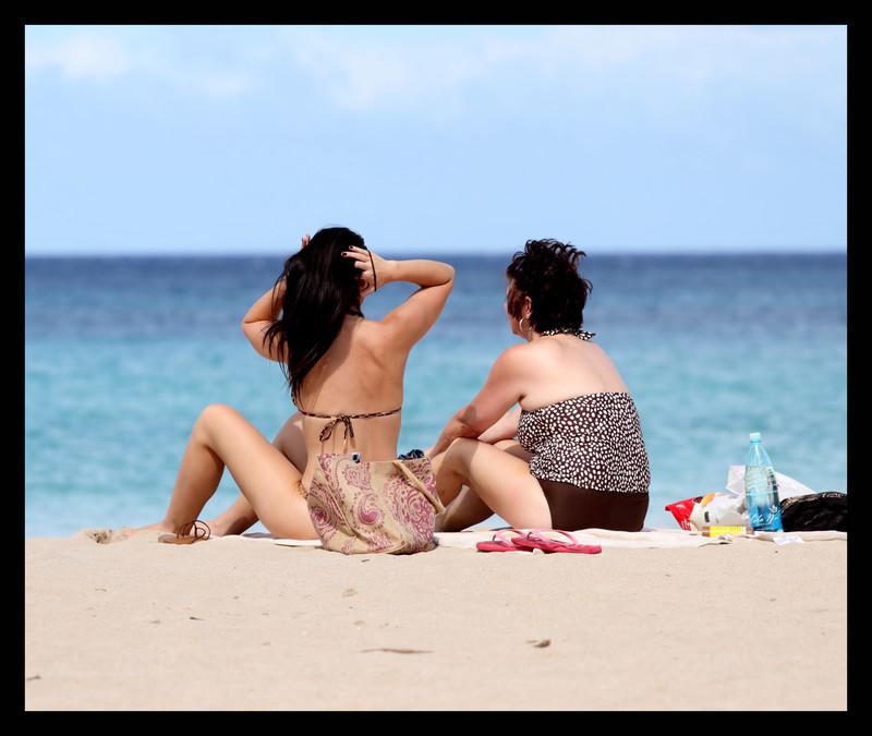 2 hot babes in swimsuit & bikini