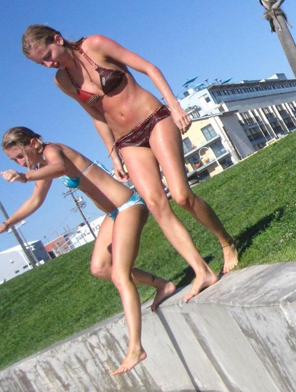 2 wet lesbian girls in bikinis