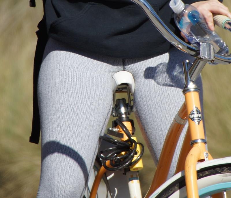 cyclist babe in candid grey leggings