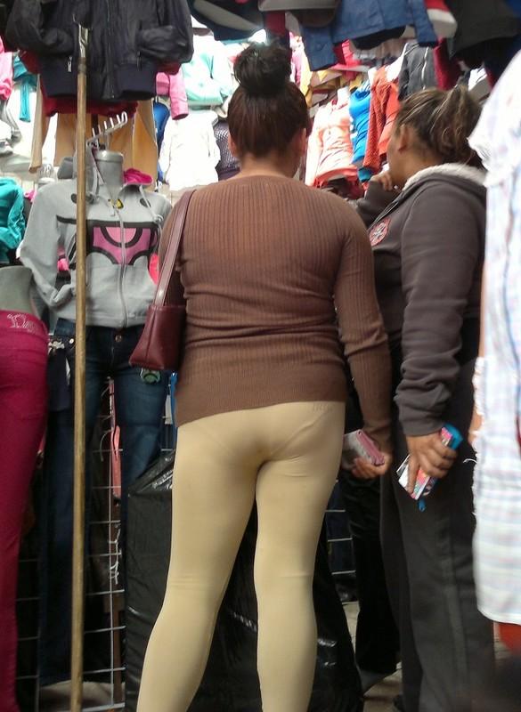 hispanic milf booty in sexy leggings