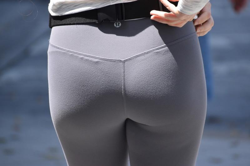 pretty jogger booty in hot lululemon yogapants