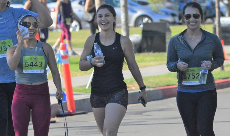 tons of marathon girls in yogapants & shorts