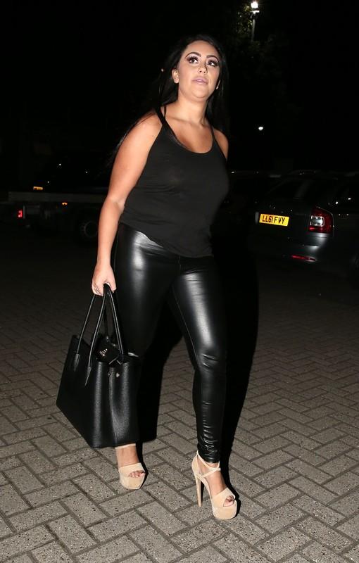 chubby lady Sophie Kasaei in black wetlook leather leggings
