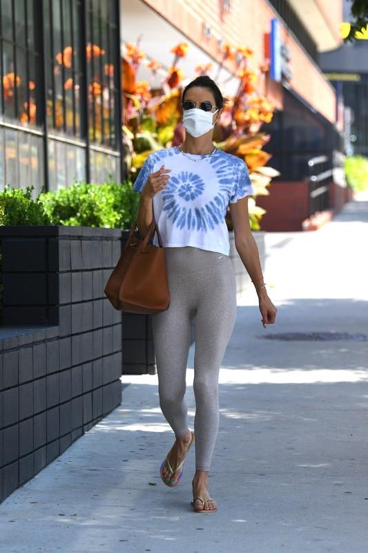 pretty mature lady Alessandra Ambrosio in candid leggings