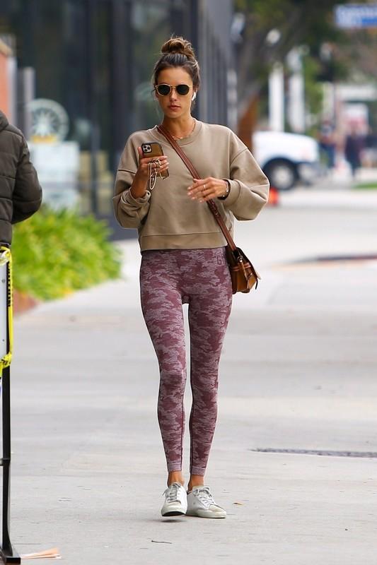 hot milf Alessandra Ambrosio in tight gym leggings