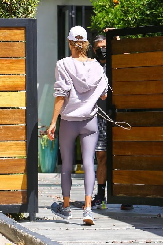 leggy milf Alessandra Ambrosio in purple yogapants