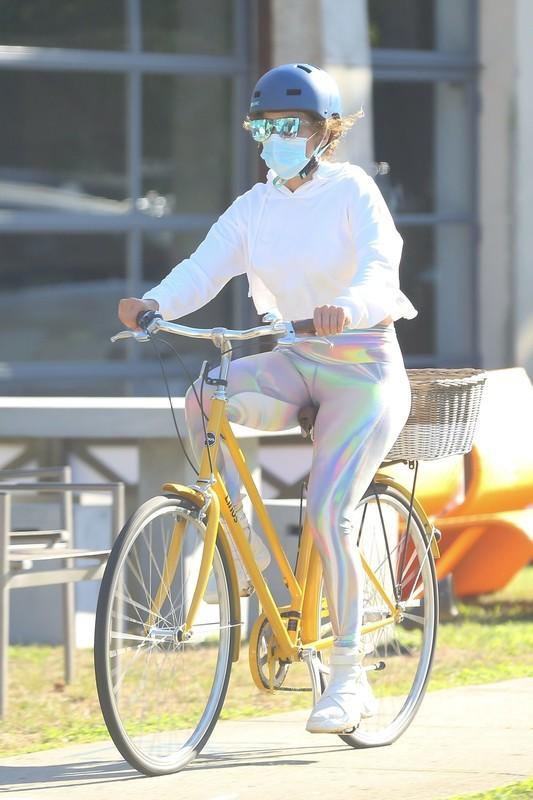 sexy cyclist lady Jennifer Lopez in shiny candid leggings