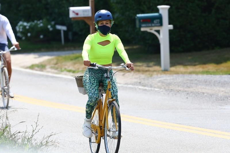 cyclist milf Jennifer Lopez in sexy spandex pants