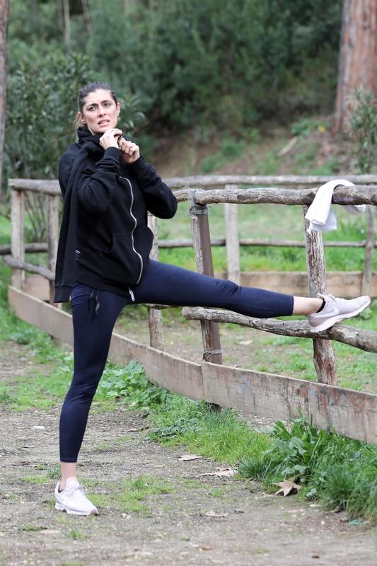 sporty italian milf Elisa Isoardi in navy blue leggings