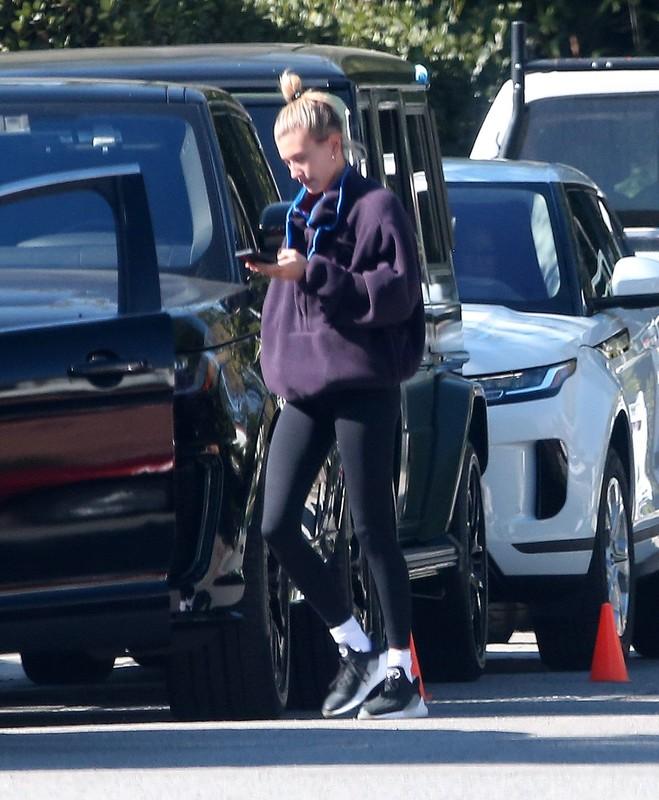 skinny babe Hailey Bieber in black lycra pants