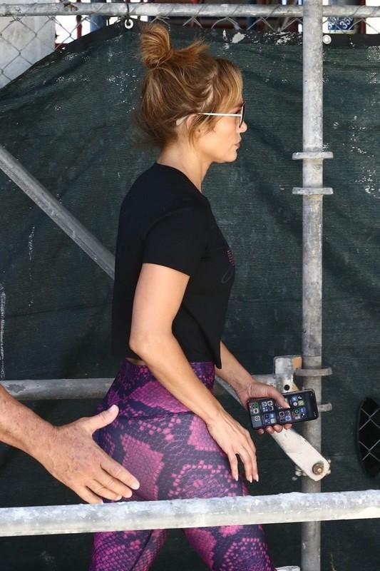 sweet milf Jennifer Lopez in tight fitness leggings