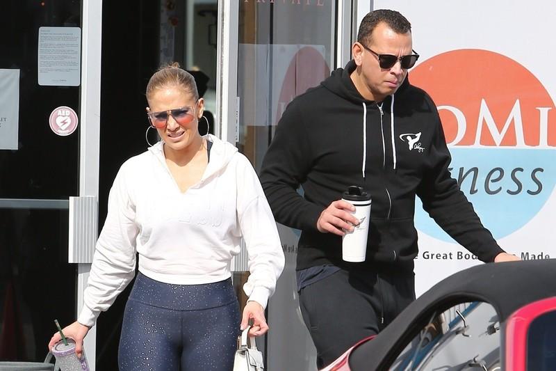 curvy milf Jennifer Lopez in candid leggings