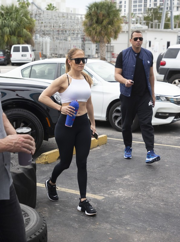 sporty milf Jennifer Lopez in black candid leggings
