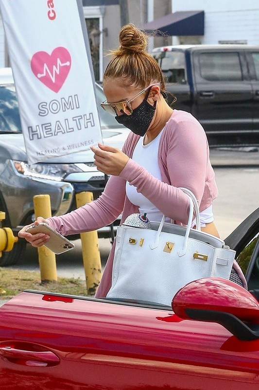 gorgeous milf Jennifer Lopez in candid yogapants