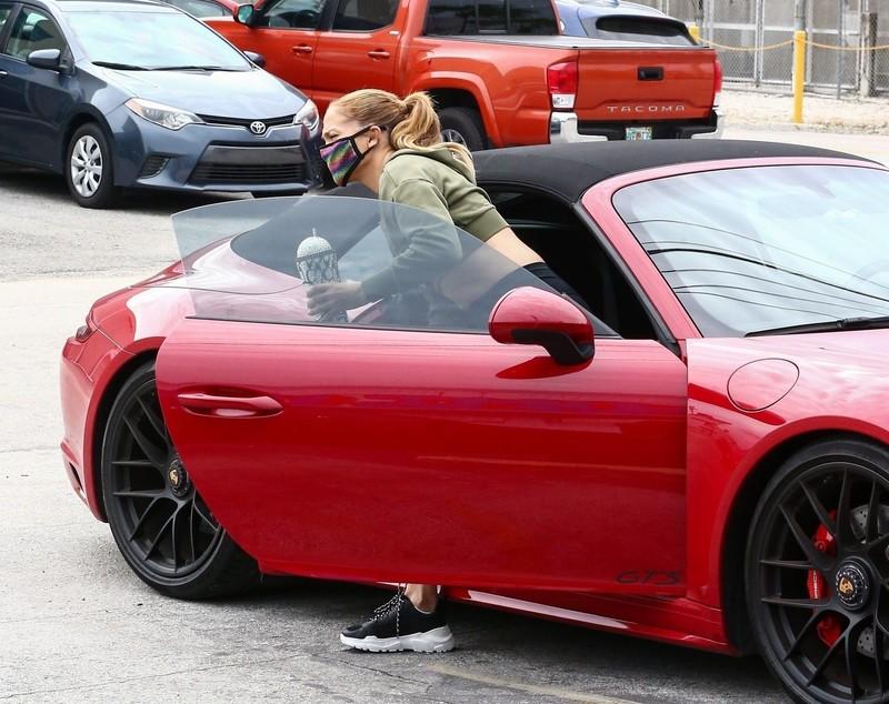 stunning milf Jennifer Lopez in black leggings