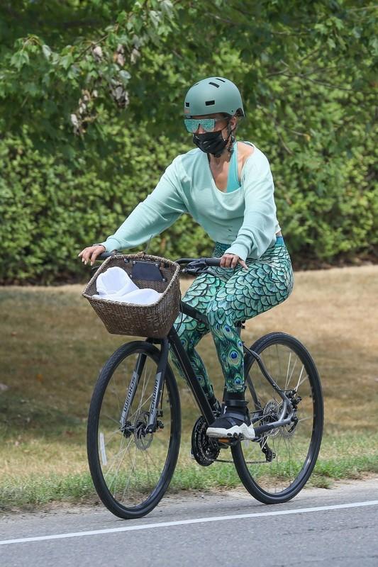 cyclist milf Jennifer Lopez in sexy green leggings