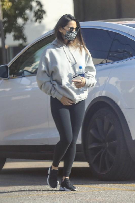 seductive babe Olivia Munn in black yogapants