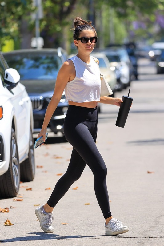 handsome milf Sara Sampaio in black workout leggings