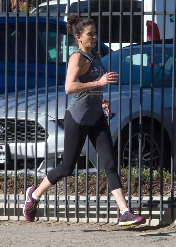 milf jogger Teri Hatcher in black sexy yogapants