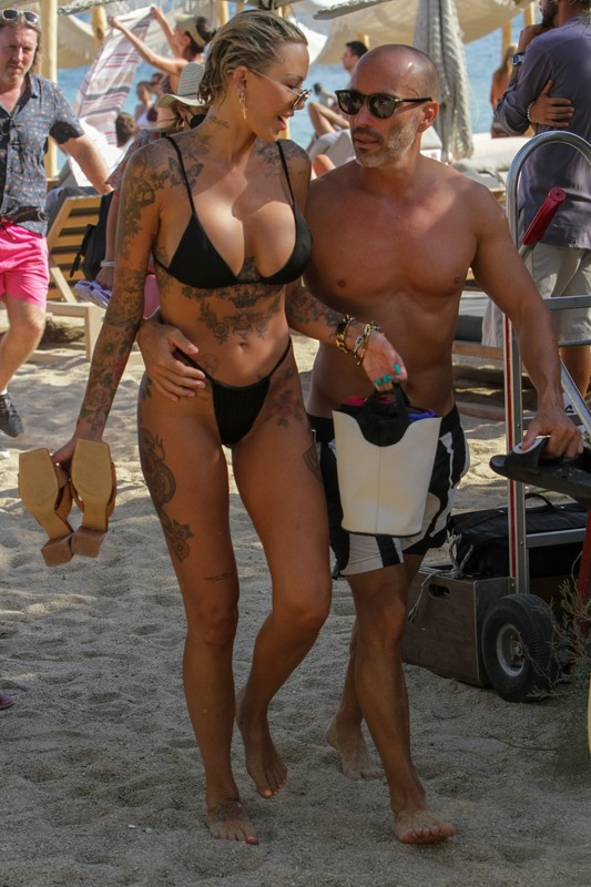 Tina Louise & Amanza Smith fantastic beach photos