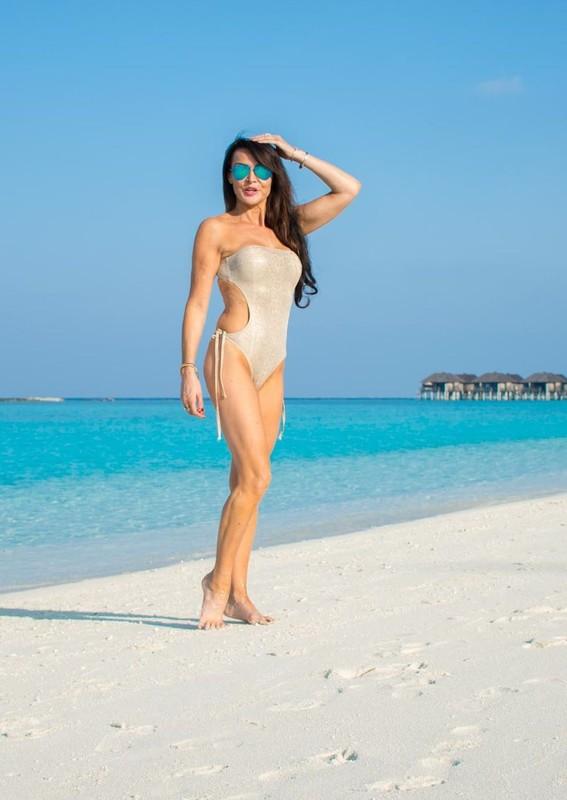 beautiful milf Lizzie Cundy in wet 1 piece swimsuit