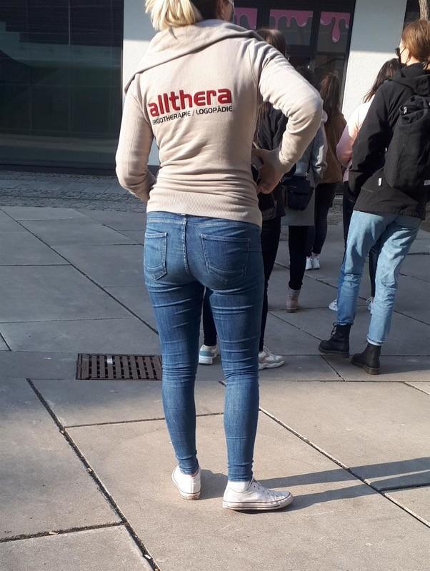 attractive booty in denim pants