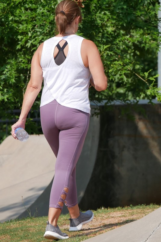 sporty milf in awesome yoga pants