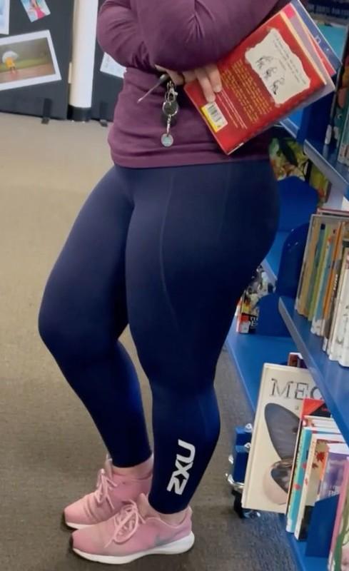 chubby milf in blue yogapants